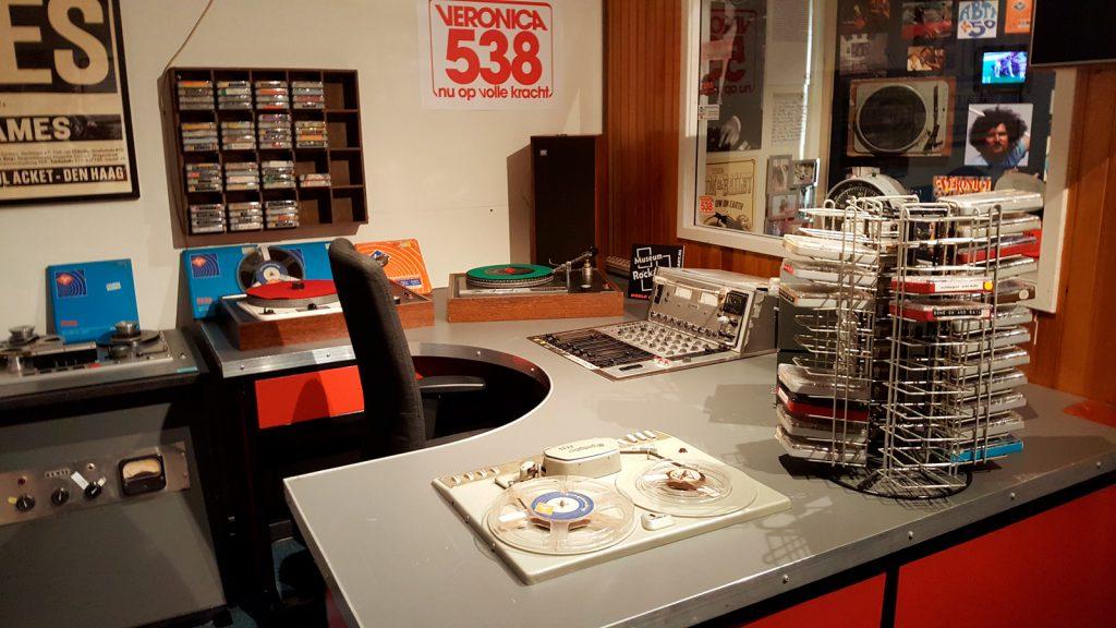 Nagebouwde studio Radio Veronica met originele apparatuur